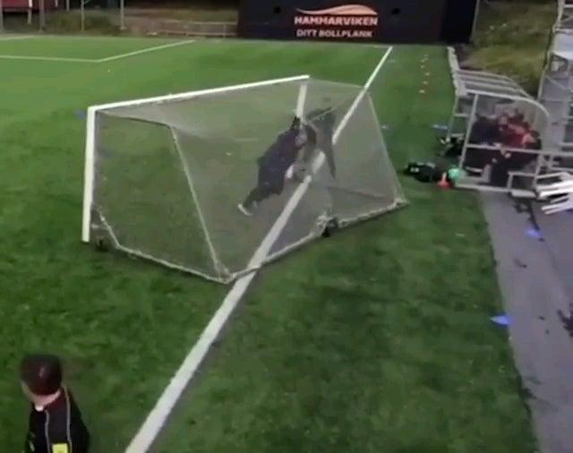 Когда гол забивает вас.