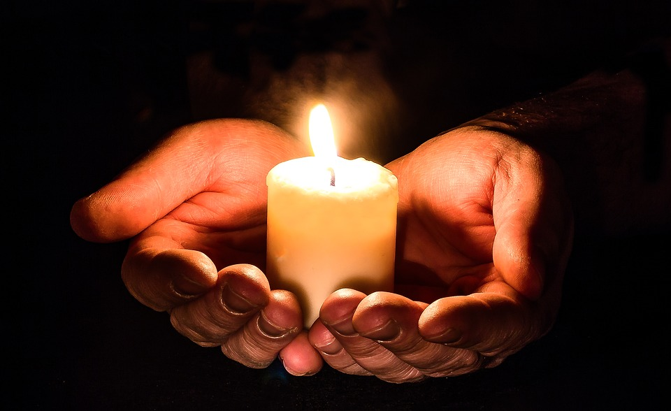 Изображение: https://pixabay.com/photos/hands-open-candle-candlelight-1926414/