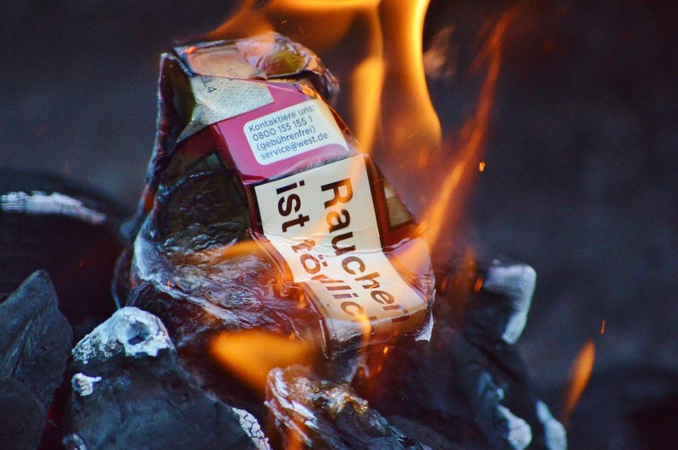 Бросить курить. Изображение: https://pixabay.com/photos/fire-flame-burn-cigarette-box-2381356/