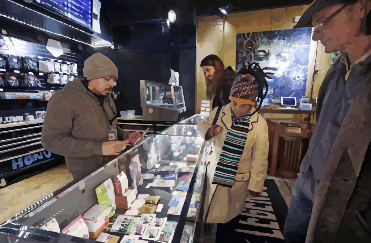 Консультант по каннабису Хуан Агилар, слева, помогает клиентам Биллу, справа и Найзу Найлену и их сыну Расселу купить съедобные продукты марихуаны в магазине Herban Legends pot в Сиэтле.