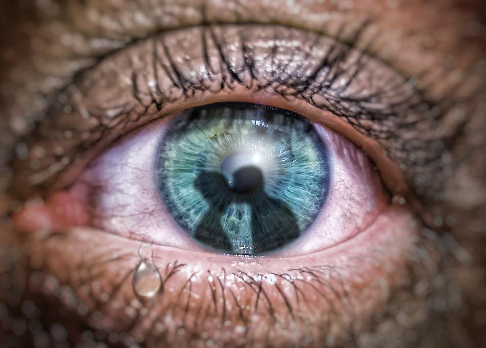 Ревность. Изображение: https://pixabay.com/photos/eye-tear-jealousy-jealous-sad-4421552/